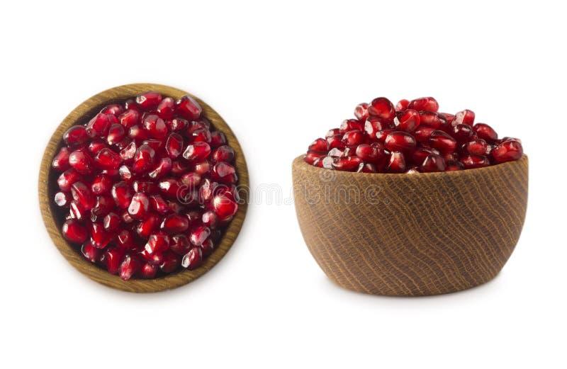 Bunke med granatäpplefrö som isoleras på vit bakgrund Mogen granatäpplenärbild Söt och saftig granatrött med kopieringsutrymme royaltyfri foto