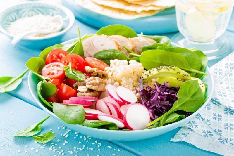 Bunke med grillad feg kött, bulgur och sallad för ny grönsak av rädisa-, tomat-, avokado-, grönkål- och spenatsidor Sunt a arkivfoton