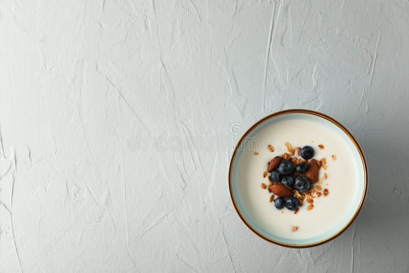 Bunke med parfaitsefterrätten arkivbilder