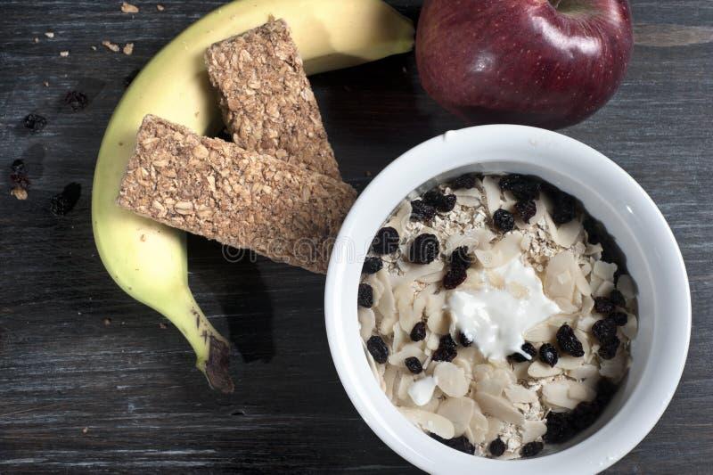 Bunke med yoghurt och mysli på golv arkivfoton