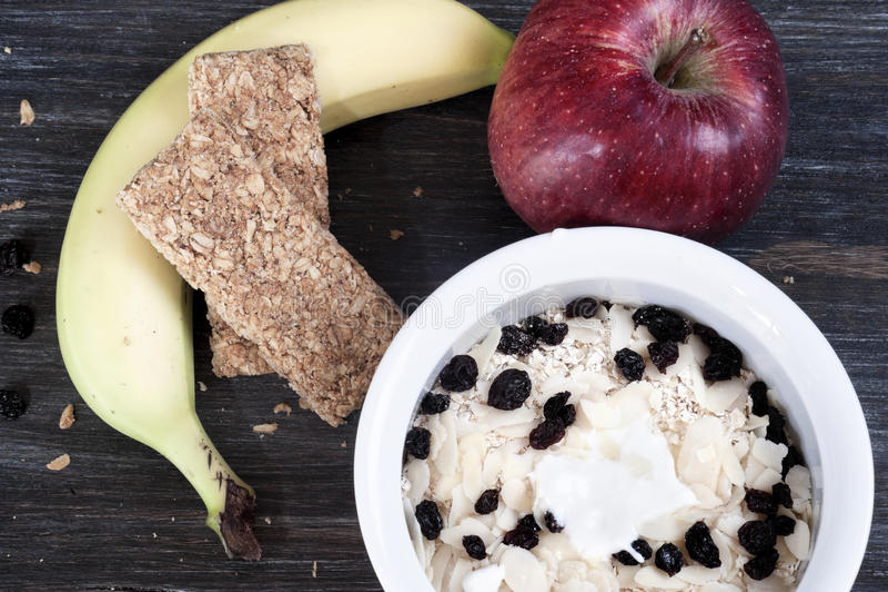 Bunke med yoghurt och mysli på golv arkivbild