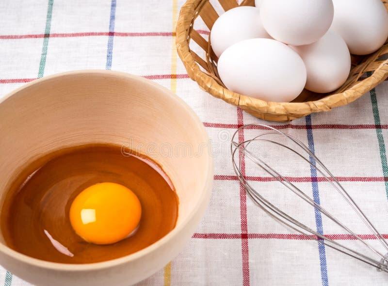 Bunken är äggula, ägg och en vifta för att slå på en tygbakgrund royaltyfria bilder