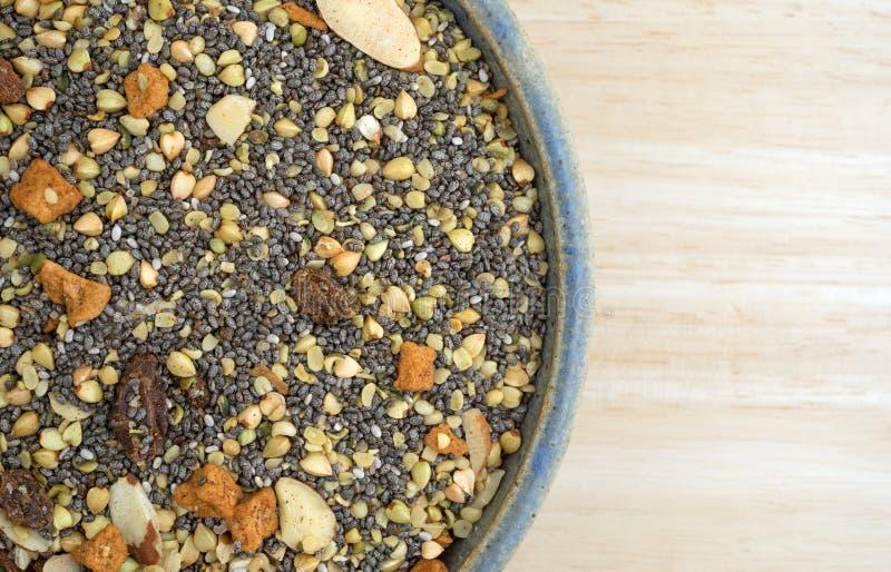 Bunken av chia kärnar ur muttrar och fruktfrukostsädesslag arkivfoto