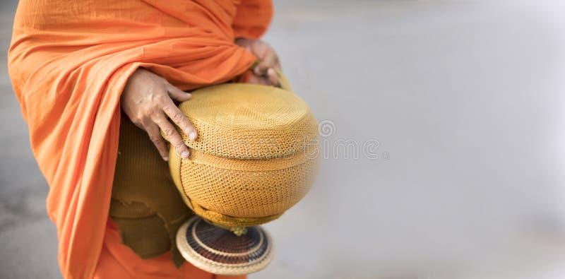 Bunken för syfte för Thailand munkinnehav merit till morgonen av buddistiska munkar arkivfoto