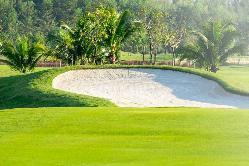 bunker e lago della sabbia nel campo da golf nordico della Tailandia con il fondo del cielo fotografia stock