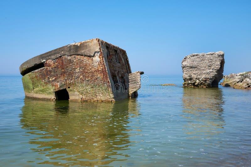 Bunker fördärvar nära den Östersjön stranden, del av den gamla fästningen i före detta Sovjetunionengrunden arkivfoton