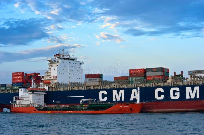 Bunkering罐车RN北极星大集装箱船CMA CGM茶花女 不冻港海湾 东部(日本)海 05 08 2015年 库存图片