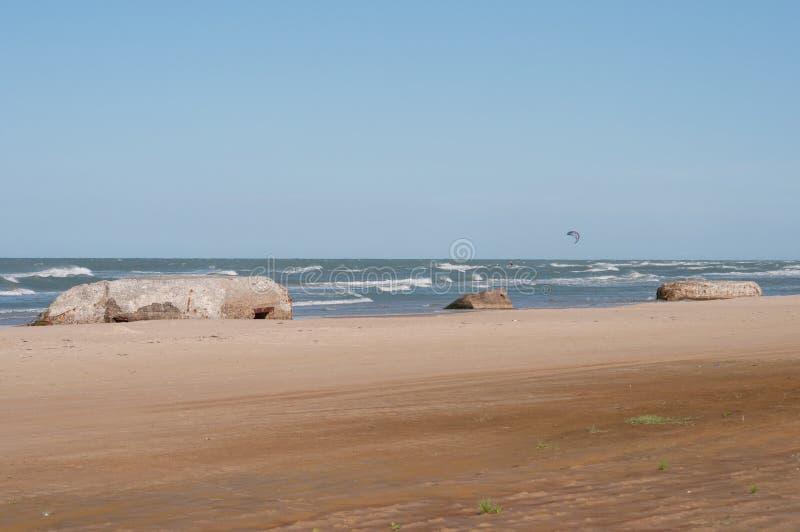 Bunkers op het strand stock afbeeldingen