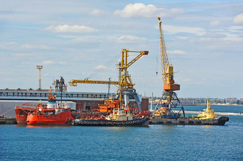Download Bunkerschip Onder Havenkraan Stock Foto - Afbeelding bestaande uit brandstof, odessa: 39114742