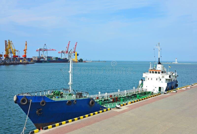 Bunkieru statek (paliwowy replenishment tankowiec) zdjęcia stock
