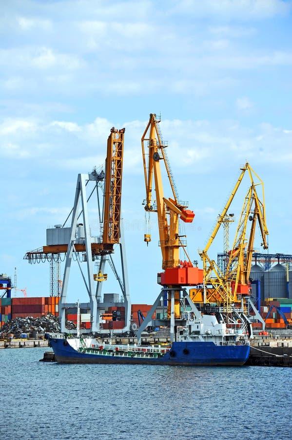 Bunkieru statek pod portowym żurawiem (paliwowy replenishment tankowiec) obrazy stock