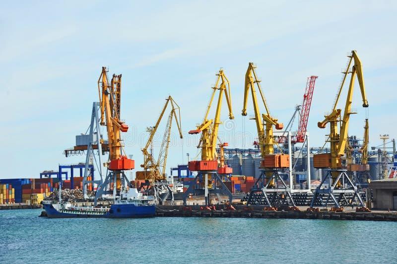 Bunkieru statek pod portowym żurawiem (paliwowy replenishment tankowiec) zdjęcia stock