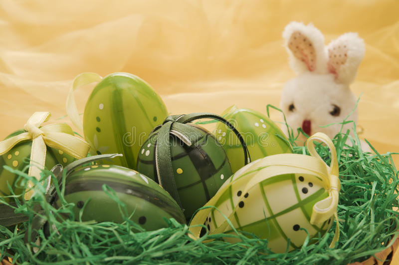 bunny αυγά Πάσχας κοντά στη μαρ&iota στοκ φωτογραφίες με δικαίωμα ελεύθερης χρήσης