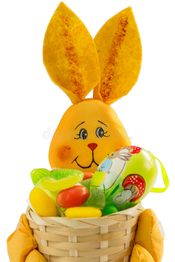 Bunny Πάσχας καλάθι με τα γλυκά και το αυγό Πάσχας στοκ εικόνες