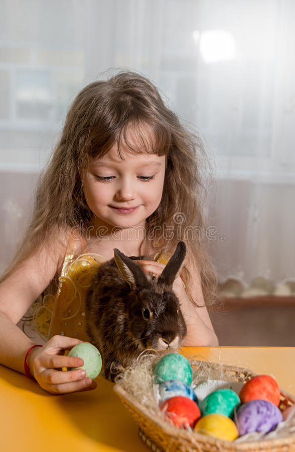 bunny παιχνίδι κοριτσιών Πάσχας στοκ φωτογραφία με δικαίωμα ελεύθερης χρήσης