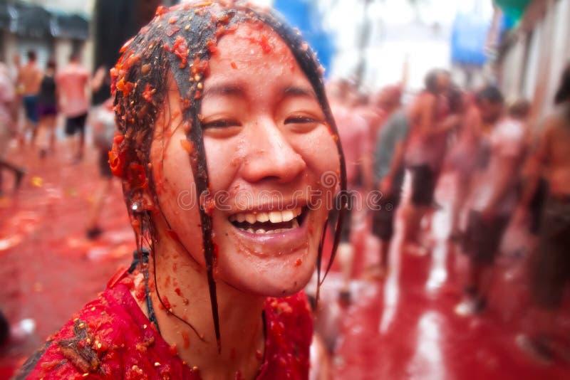 Bunol Hiszpania, Sierpień, - 28: Dziewczyna w zdruzgotanych pomidorach śmia się dalej fotografia royalty free