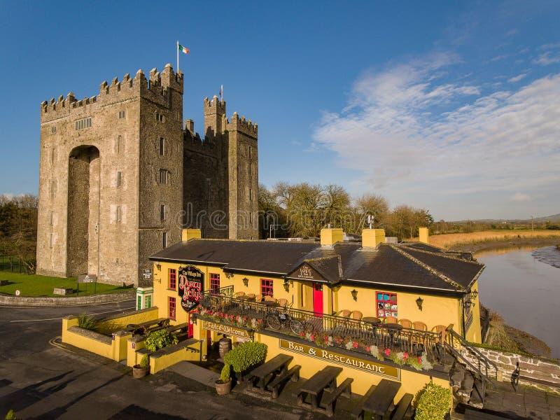 Bunratty城堡和Durty尼利` s客栈,爱尔兰- 2017年1月31日:爱尔兰` s鸟瞰图多数著名城堡和爱尔兰客栈 免版税图库摄影