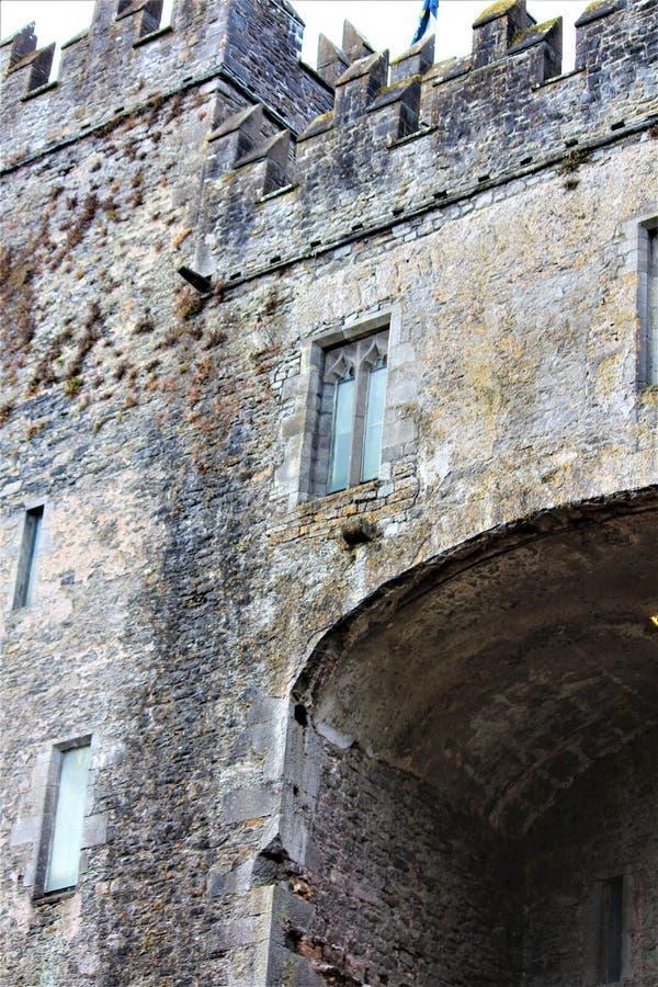 Bunratty, Provincie Clare/Ierland 13 Augustus 2018: Het Bunrattykasteel werd gebouwd in 1425 en is een belangrijke toeristische a royalty-vrije stock foto