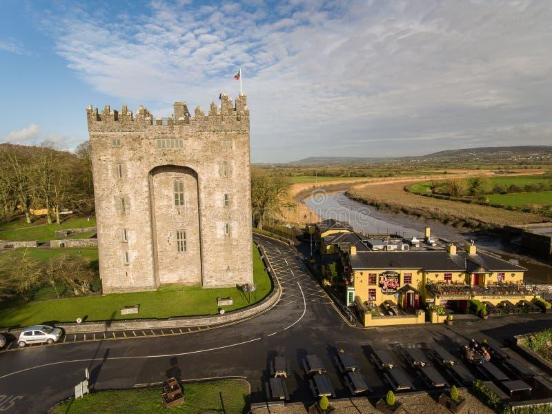 Bunratty Schloss und Durty Nelly ` s Kneipe, Irland - 31. Januar 2017: Vogelperspektive von Irland-` s das meiste berühmte Schlos lizenzfreies stockbild
