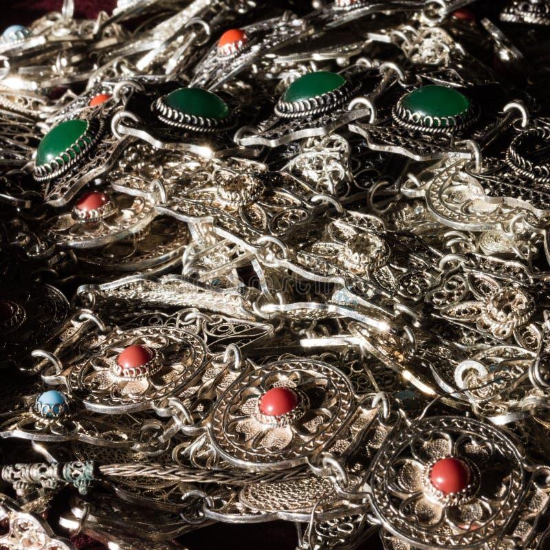 Bunt серебряных ювелирных изделий с голубыми, красными и зелеными драгоценными камнями стоковая фотография rf