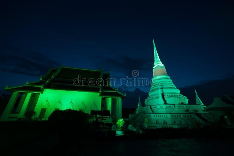Bunt auf Dämmerung von Pagode Phra Samut Chedi in Thailand lizenzfreies stockbild