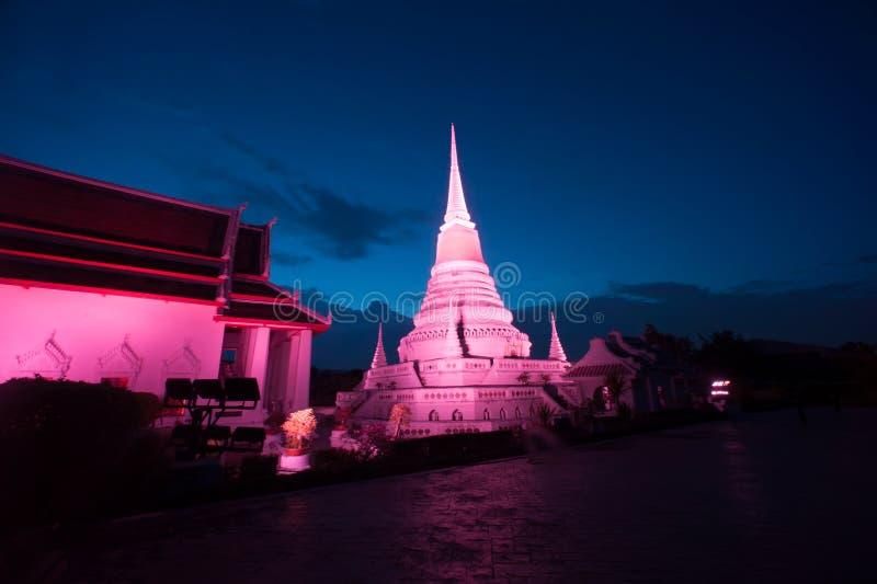 Bunt auf Dämmerung von Pagode Phra Samut Chedi in Thailand stockbild