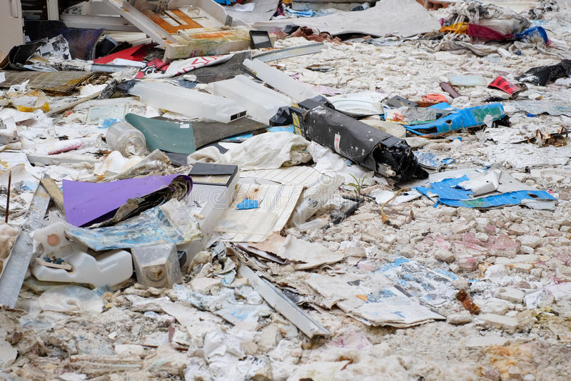 Bunt av avfall spridd på golvet arkivfoto
