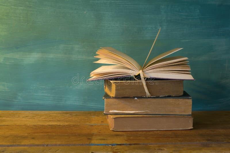 Bunt av böcker, öppnad bok arkivbilder