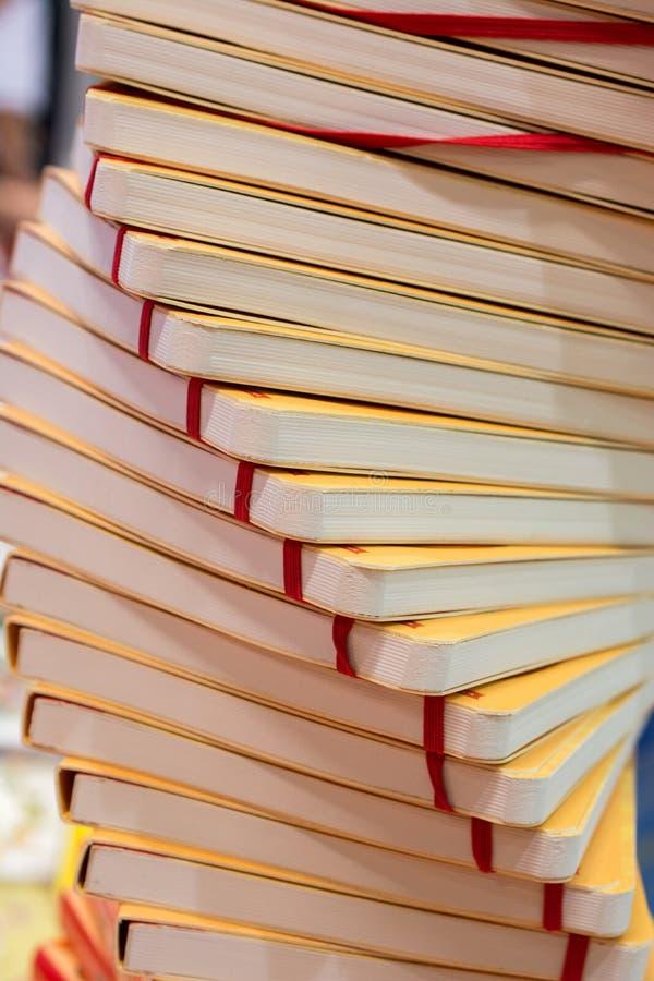Bunt av böcker som utbildning och affärsidé royaltyfria foton