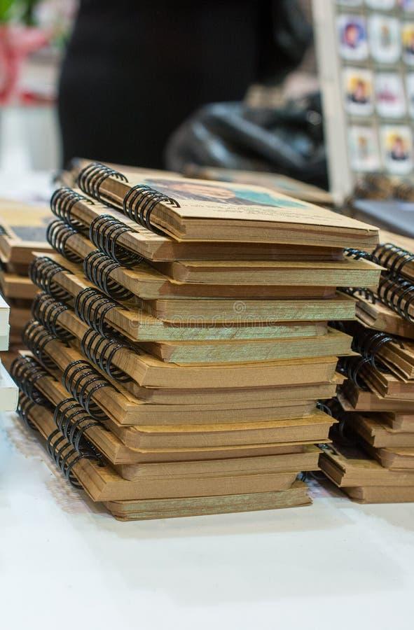 Bunt av böcker som utbildning och affärsidé arkivbilder