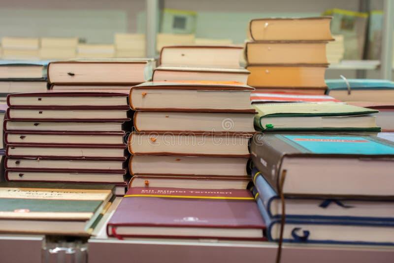 Bunt av böcker som utbildning och affärsidé royaltyfria bilder