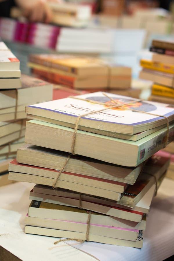 Bunt av böcker som utbildning och affärsidé arkivfoton