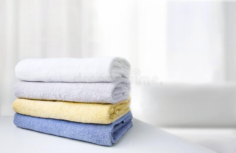 Bunt av bakgrund för utrymme för vitt rum för handdukar tom royaltyfria bilder