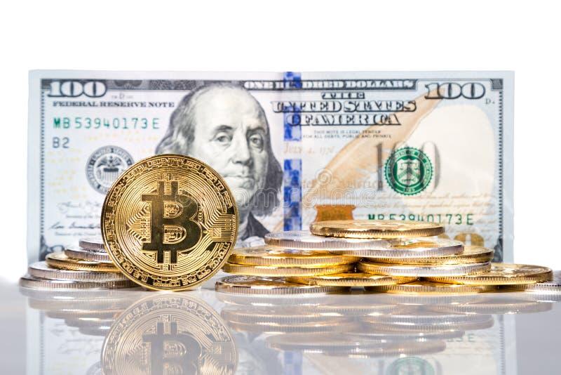 Bunt av begreppsmässig cryptocurrencybitcoin med US dollarräkning b arkivbilder