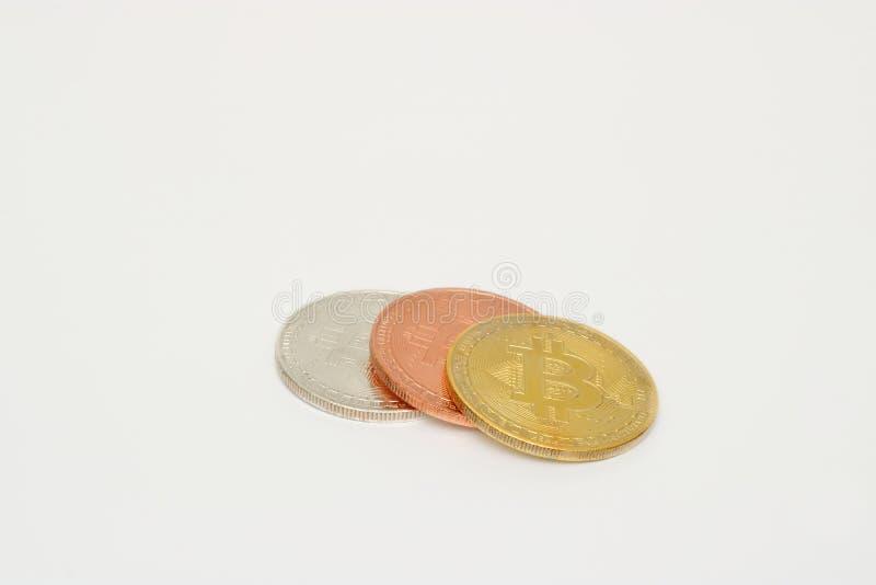 Bunt av bitcoin för brons för cryptocurrencysilver guld- på vit bakgrund Faktiskt digitalt pengarbegrepp arkivfoto