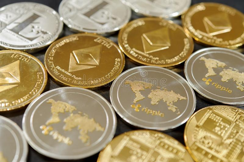Bunt av bitcoin-, krusnings-, etherum- och litecoinmynt Faktiskt valutabegrepp arkivfoto
