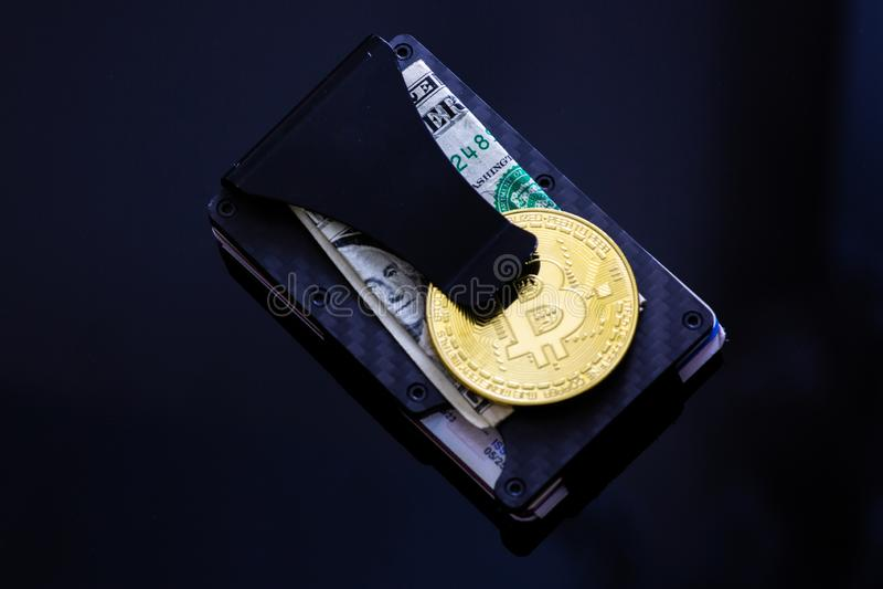 Bunt av Bitcoins, Ethereum, Litecoin, krusning och andra crypto valutor överst av dollarräkningen på ett pengargem som lägger på  royaltyfri foto