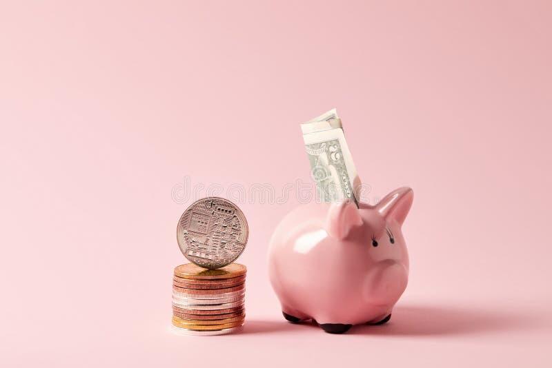 bunt av bitcoins och spargrisen med kassa på rosa färger royaltyfri fotografi