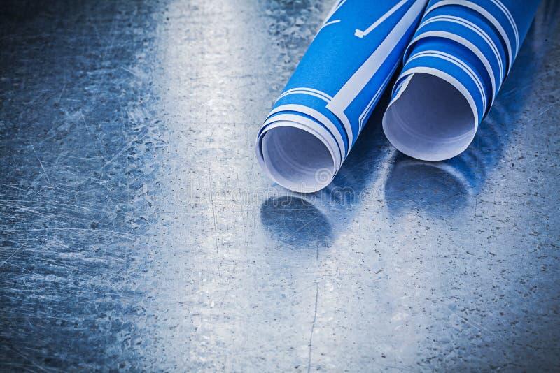 Bunt av blåa konstruktionsplan på metallisk bakgrundsbyggnad fotografering för bildbyråer