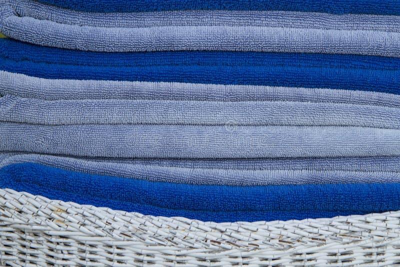 Bunt av bl?a och vita handdukar royaltyfri foto
