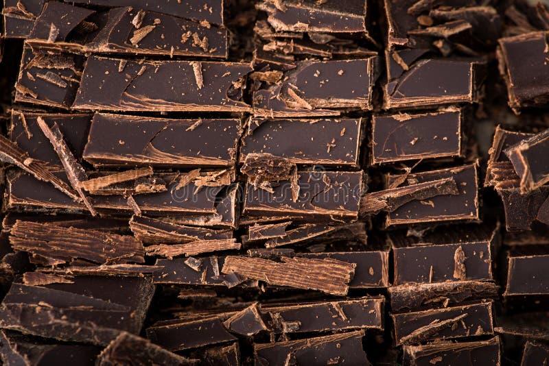Bunt av chokladskivor med mintkaramellbladet mörk choklad över wo royaltyfria bilder