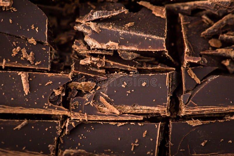 Bunt av chokladskivor med mintkaramellbladet mörk choklad över wo royaltyfri fotografi