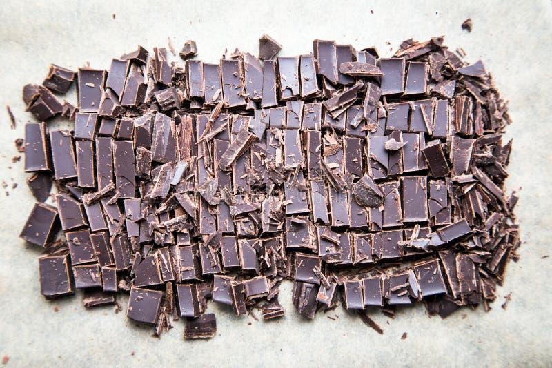 Bunt av chokladskivor med mintkaramellbladet mörk choklad över wo royaltyfri foto