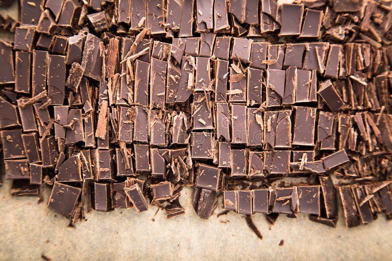Bunt av chokladskivor med mintkaramellbladet mörk choklad över wo royaltyfri bild