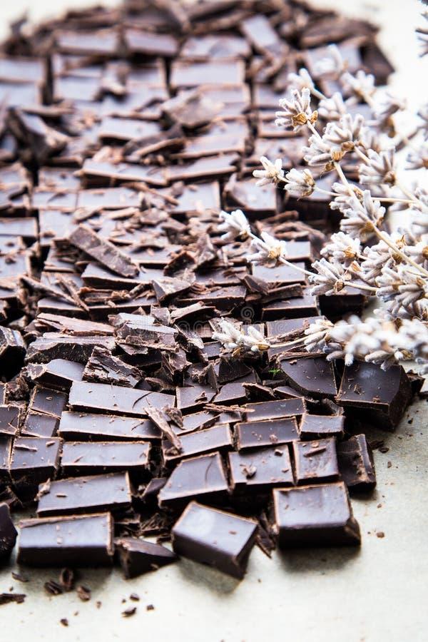 Bunt av chokladskivor med mintkaramellbladet mörk choklad över wo arkivbilder