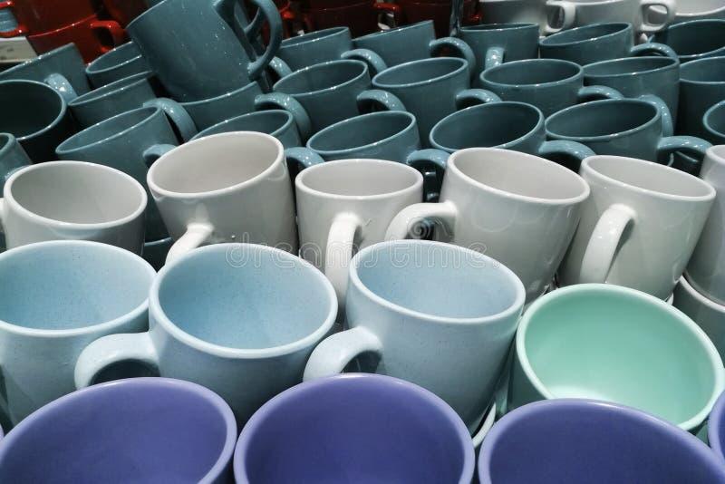 Bunt av closeupen för många den färgrika emty keramiska koppar royaltyfria foton