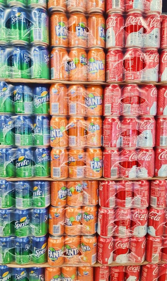 Bunt av cocaen - cola, Sprite och Fanta cans av fruktsaft i Carrefoursupermarketlager royaltyfria foton