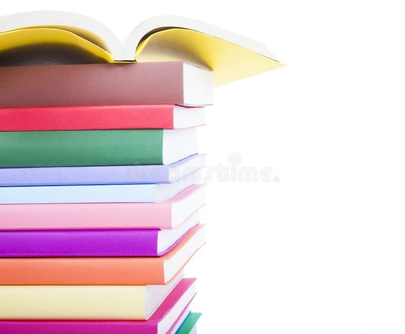 Bunt av färgrika böcker som isoleras på vit bakgrund arkivbild