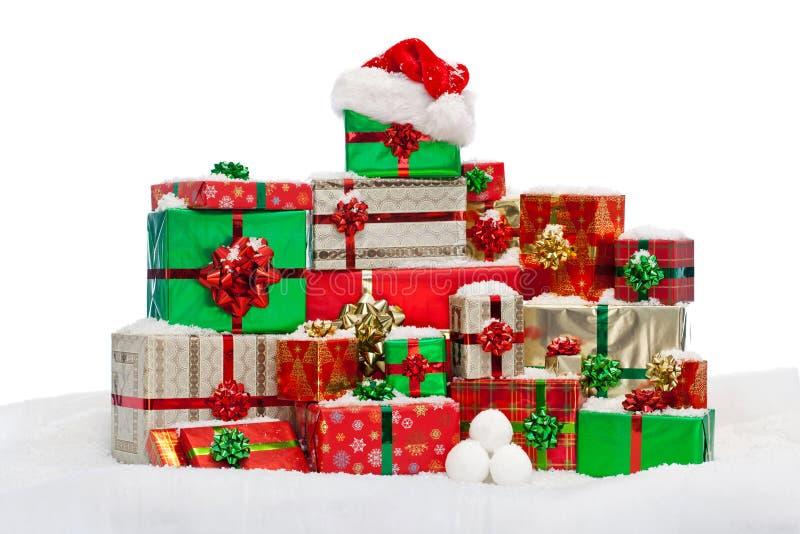 Bunt av gåva slågna in julklappar på snö arkivbild