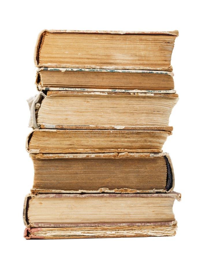 Bunt av gamla böcker som isoleras på vit bakgrund arkivfoton